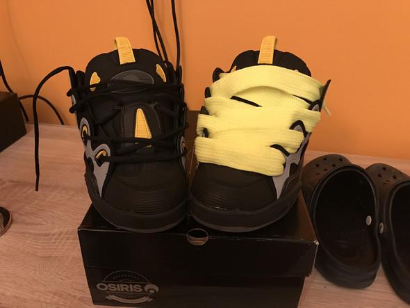 - (Schuhe, Farbe, Schnürsenkel)