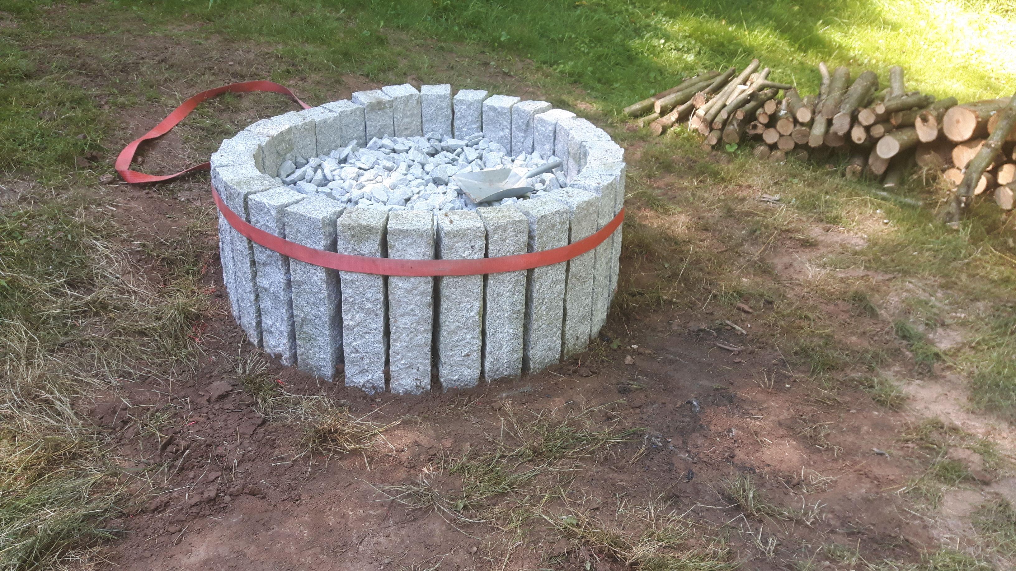grillstelle aus schachtringen beton steine sand feuerstelle. Black Bedroom Furniture Sets. Home Design Ideas