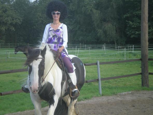 Schon auf dem Abreiteplatz gabs den ersten Aplaus... - (Pferde, Reiten, Kostüm)