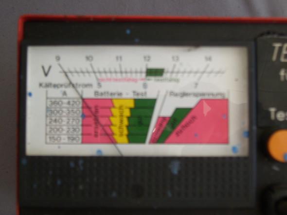 Bild  - (Auto, Autobatterietester 100 Ampere, Autobatterie angeschlossenen Zustand )