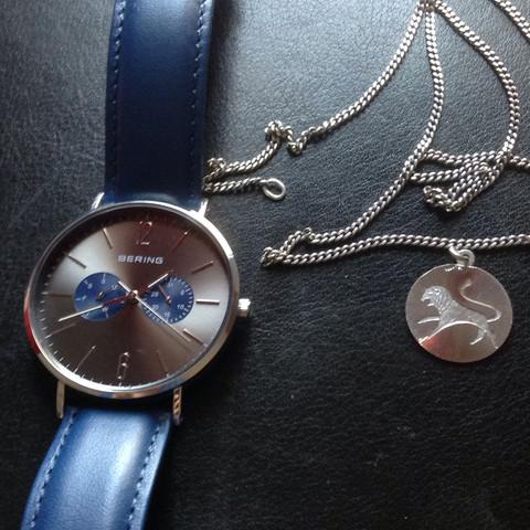 Uhr und eine Kette ;) kriegst du bei Galeria Kaufhof,nur den Anhänger nicht  - (Liebe, Freunde, Geschenk)
