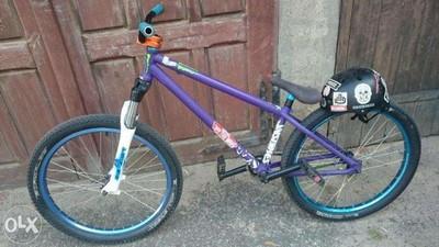 Wie zum Beispiel dieses Exemplar mit einer Dirt Jumper 3 von Marzocchi  - (Sport, Fahrrad, Mountainbike)