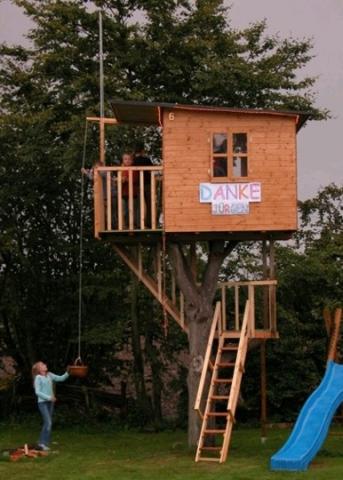 großes Baumhaus mit Dachterrasse und Treppe