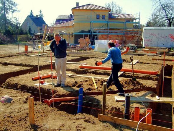 Abwasser- und Schutzrohre für die Hausanschlüsse (Wasser/blau, Gas/schw., E/rot) - (Hausbau, Grundstück, Baurecht)