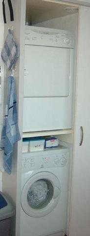 Wäschetrockner auf Waschmaschine - (Waschmaschine, Haushaltsgeräte, Trockner)