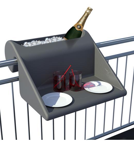 kennt jemand einen design balkontisch den man an das gel nder h ngen kann balkon terrasse. Black Bedroom Furniture Sets. Home Design Ideas