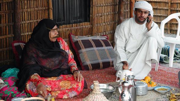 Zwei Beduinen in Dubai - Mann mit heller Kleidung - (Kleidung, Wüste)