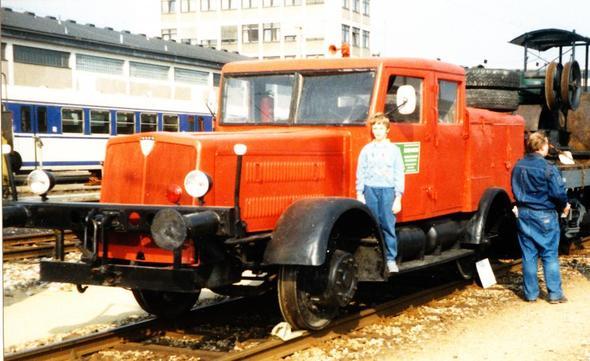 Schienen-Lkw - (Auto, Menschen, Bahn)