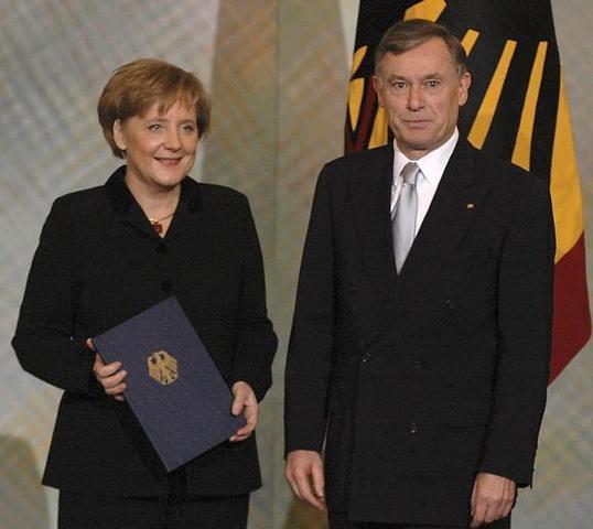 """Die Bundeskanzlerin erhielt ihren """"Dienstausweis""""  (Ernennungsurkunde) - (Politik, Ausweis, bundeskanzler)"""