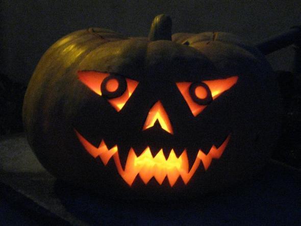 wo findet man eine schablone zum schnitzen von einem k rbisgesicht f r halloween fratze k rbis. Black Bedroom Furniture Sets. Home Design Ideas