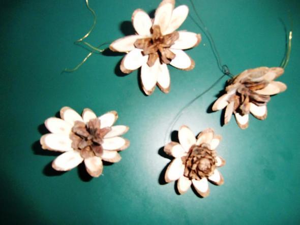 Zapfen Sterne / Blüten  - (basteln, alt, einfach)