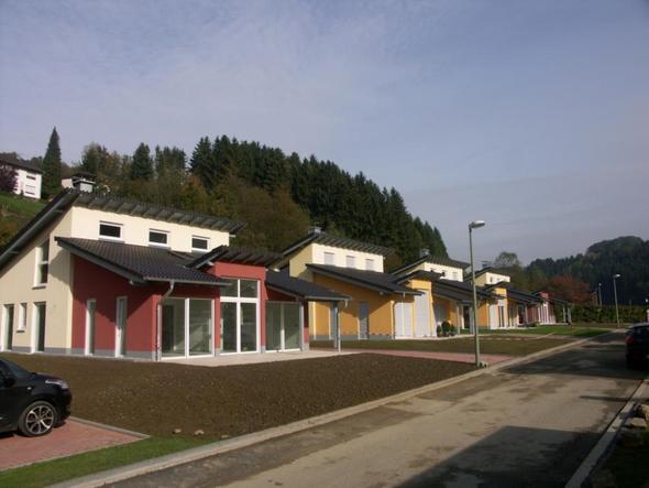 EFH 1 mit roten Fassadenflächen - (Kleidung, Fassade, Weiße Flecken)