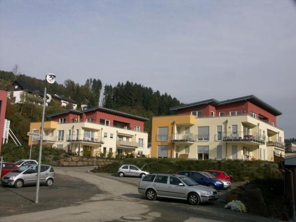 Wohnblock 1 + 2 mit rotem Staffelgeschoss - (Kleidung, Fassade, Weiße Flecken)