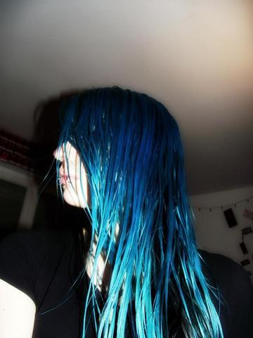 midnightblue + türkis bei mir direkt nach dem tönen u. auswaschen - (Haare, Haarfarbe, färben)