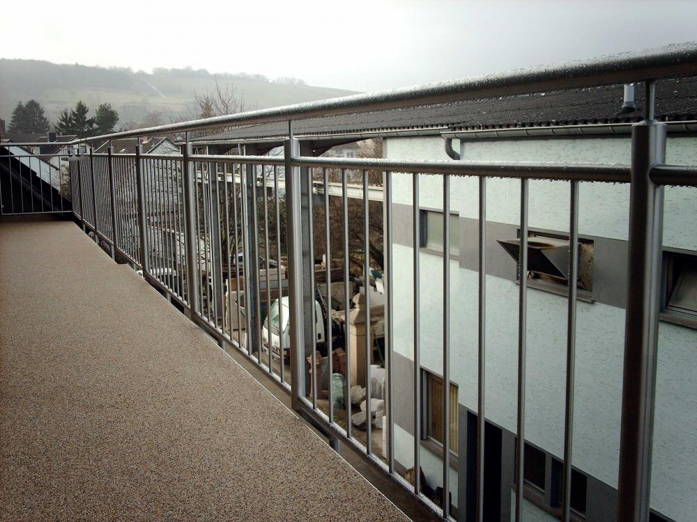 Balkon mit holzfliesen belegen kreative ideen f r for Wohndesign hanau