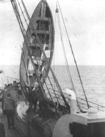 Ein Boot wird auf die Carpathia geladen - (Freizeit, Titanic, Geschichte schreiben)