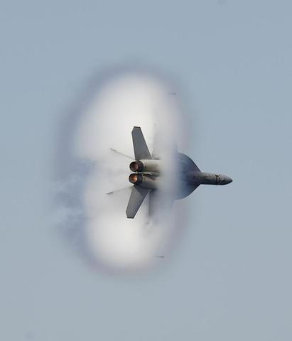 F18 Jet beim durchbrechen der Schallmauer - (Technik, Physik, Erde)