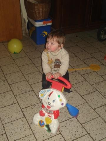 Mein Kleiner mit 10 Monaten (da ist er übrigens schon frei gelaufen) - (Lauflernwagen)