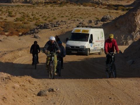 Unser Transporter und wir in der Nubischen Wüste im Sudan - (Kinder, Afrika, Michael Jackson)