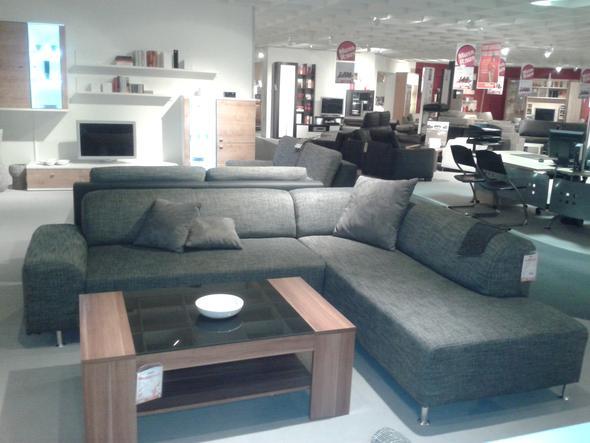 wandgestaltung wohnzimmer dunkles graues sofa farbe