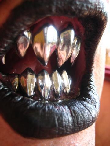 - (Karneval, vampirzähne)