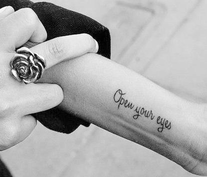 Tattoo Welche Schriftart Text Zeichnen Handgelenk