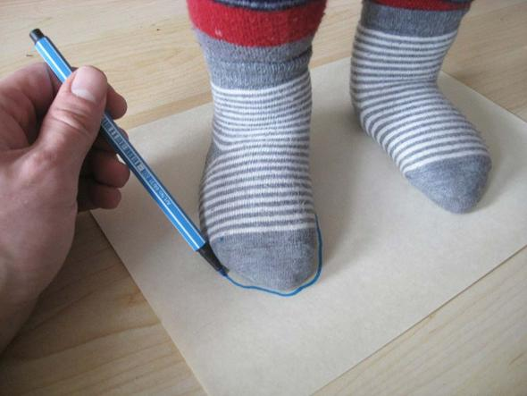 So haben wir nun mal die Kinderfüße gemessen und eine Pappschablone gebastelt - (Kinder, Schuhe, Schuhgröße)