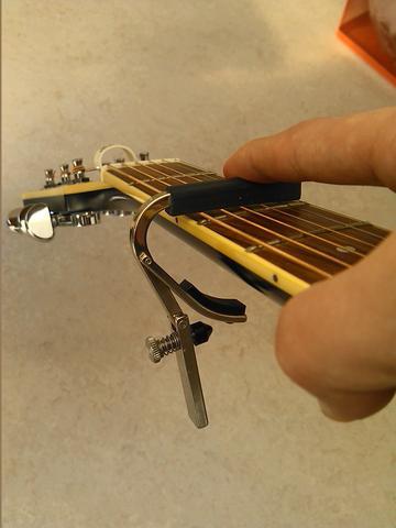 In diesem Zustand die Schraube einstellen... - (Gitarre, capo, kapodaster)