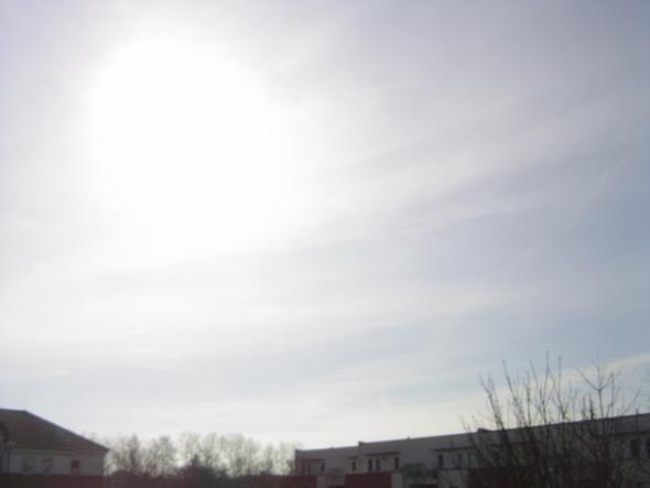 2. Stunden später ist der Himmel vor der Sonne milchig weiß, das Licht reduziert - (rauchen, Flugzeug)