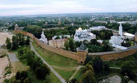 Novgorod (im Vordergrund die Mauer mit den nachgebauten Türmen) - (Youtube, hansa park, Novgorod)
