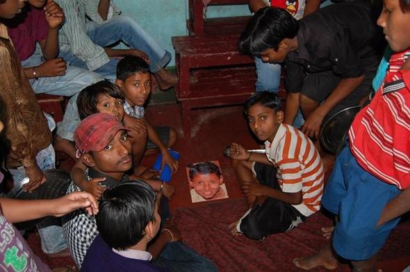 Rahul zeig sein Puzzel seinen Freunden - (patenschaft, kinderpatenschaft, Kindernothilfe)