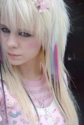 - (Haare, blond, Emo)