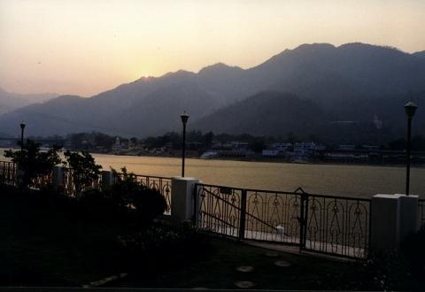 Morgentlicher Blick auf den Ganges vom Yoga Niketan Guesthouse in Rishikesh - (Meditation, Pilgerreise)