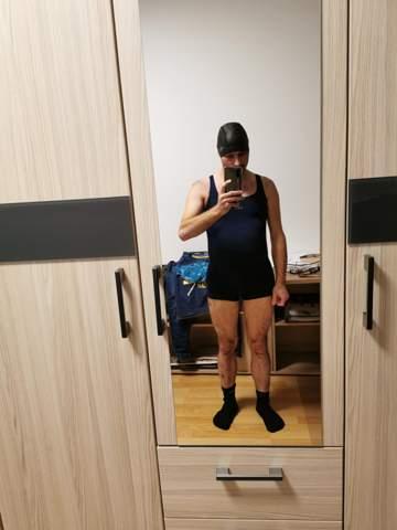 27 jähriger Mann im Damenbadeanzug und mit Badekappe?