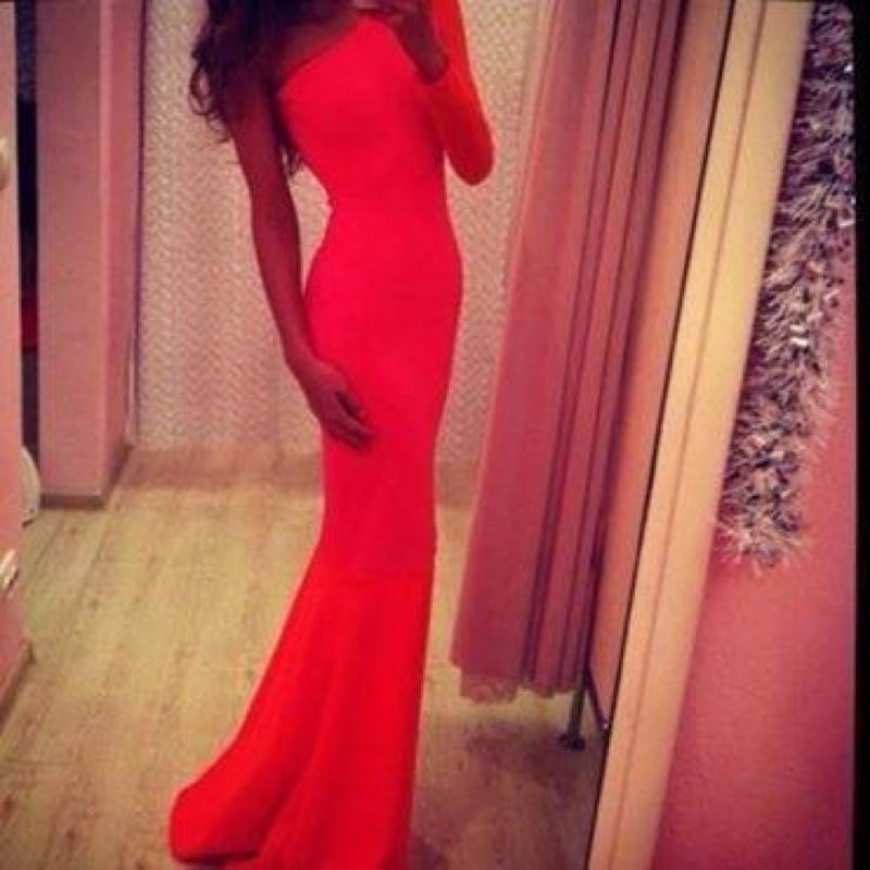 Rotes enges kleid lang