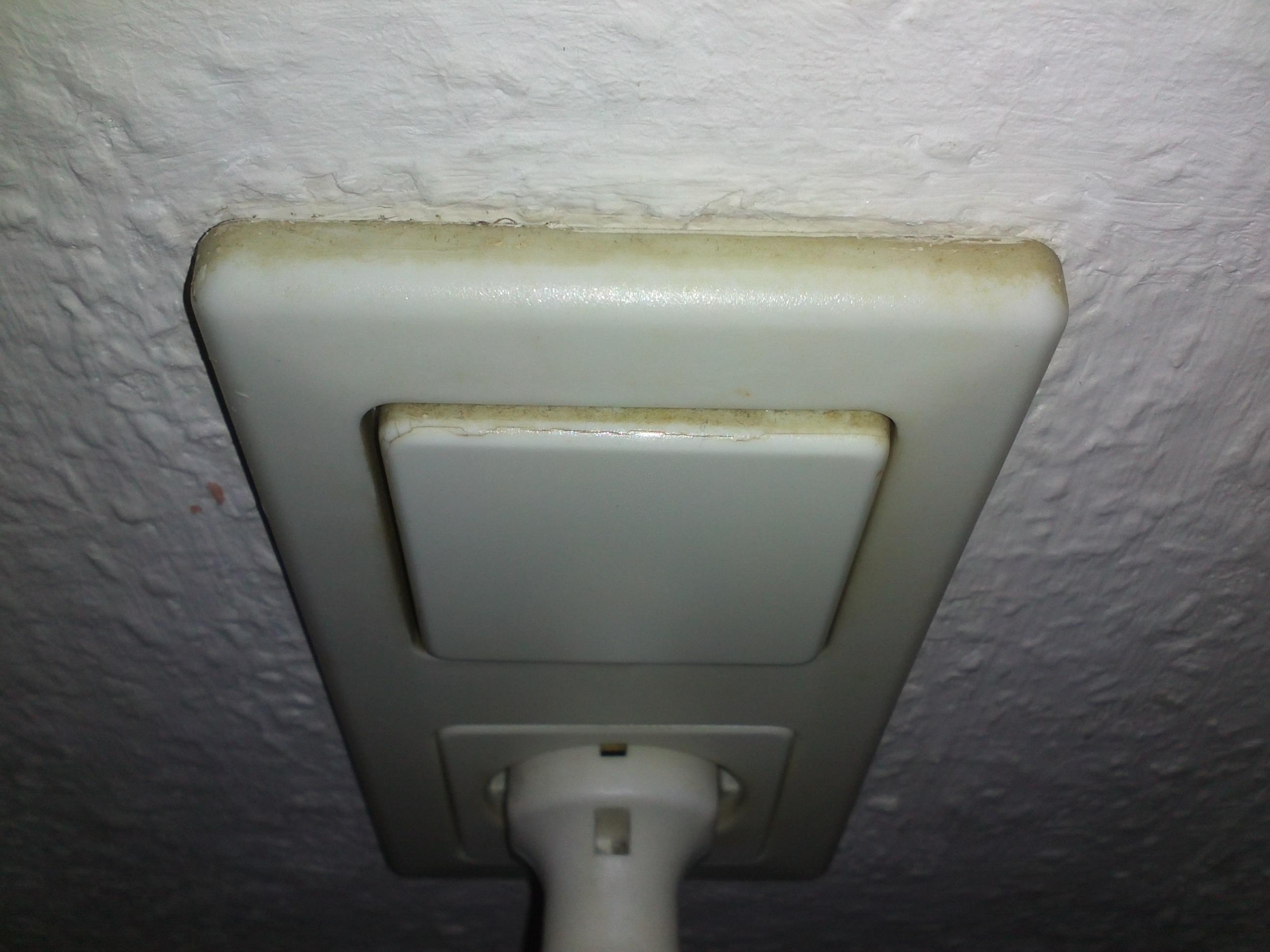 Abdeckung von Lichtschalter ist locker. Wie kann ich die Abdeckung ...