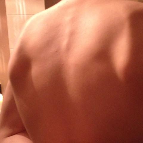 Von hinten mit Händen auf dem Rücken  - (Körper, Schulterblatt)