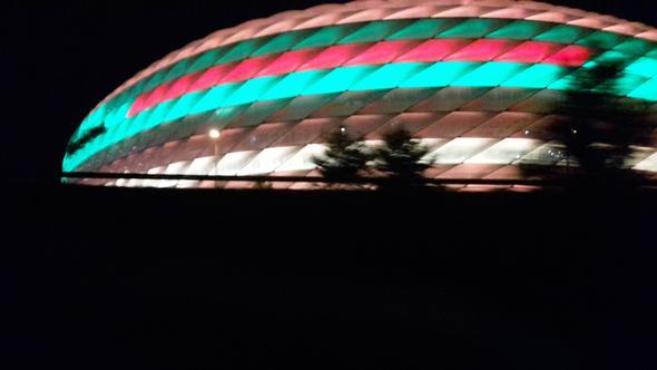Auf dem bild sind die farben etwas verfälscht -dunkelgrün und das rosane oran - (Fußball, München)