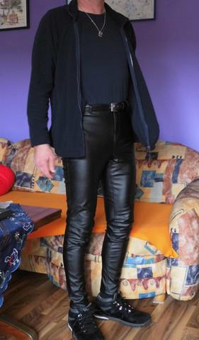 Mann in Kunstlederehose - (Männer, Leggings, Kunstlederhose)