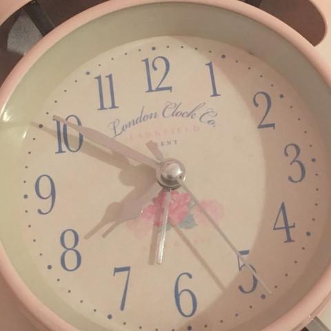 Also ich habe eine Retro Uhr und weiß aber nicht wie ich den Wecker stellen muss, wann erkenne ich eig ob es jetzt auf Abends gestellt ist oder auf morgens?