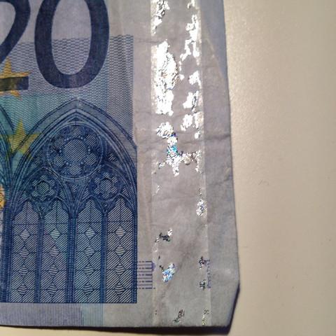 Alter 20 Euroschein, bei dem der Silberstreifen abblättert?