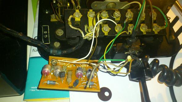 ein looses Kabel und ein Unbekanntes braunes Plätchen - (Telefon, Elektrotechnik)