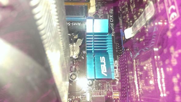 Die 2 Schwarzen schrauben an jeder seite des blauen geräts  - (PC, Motherboard)