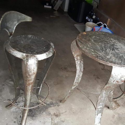 Hier ist nur ein Stuhl zu sehen es sind aber 2 und nicht sehr schwer          - (Verkauf, Wert, Bar)