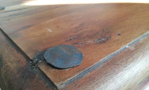 Tischplatte Detailansicht mit Niete - (Alter, Möbel, Holz)