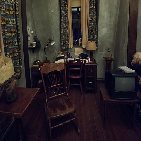 aus welchem holz sind diese m bel und der boden gemacht material bates motel. Black Bedroom Furniture Sets. Home Design Ideas