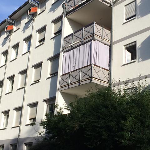 Von Außen und innen mit Spanngurten befestigt damit der Wind es nicht hin her - (Gesetz, Miete, Balkon)