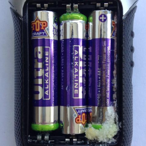 Hier zusehen die Drei Batterien im Walki Talki, vermutlich linke und Mitte - (Physik, Chemie, kaputt)