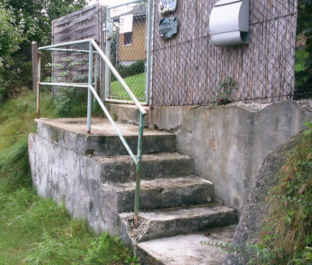 Haus Und Garten: Baufällige Außentreppe, Einziger Zugang Zum Haus Und