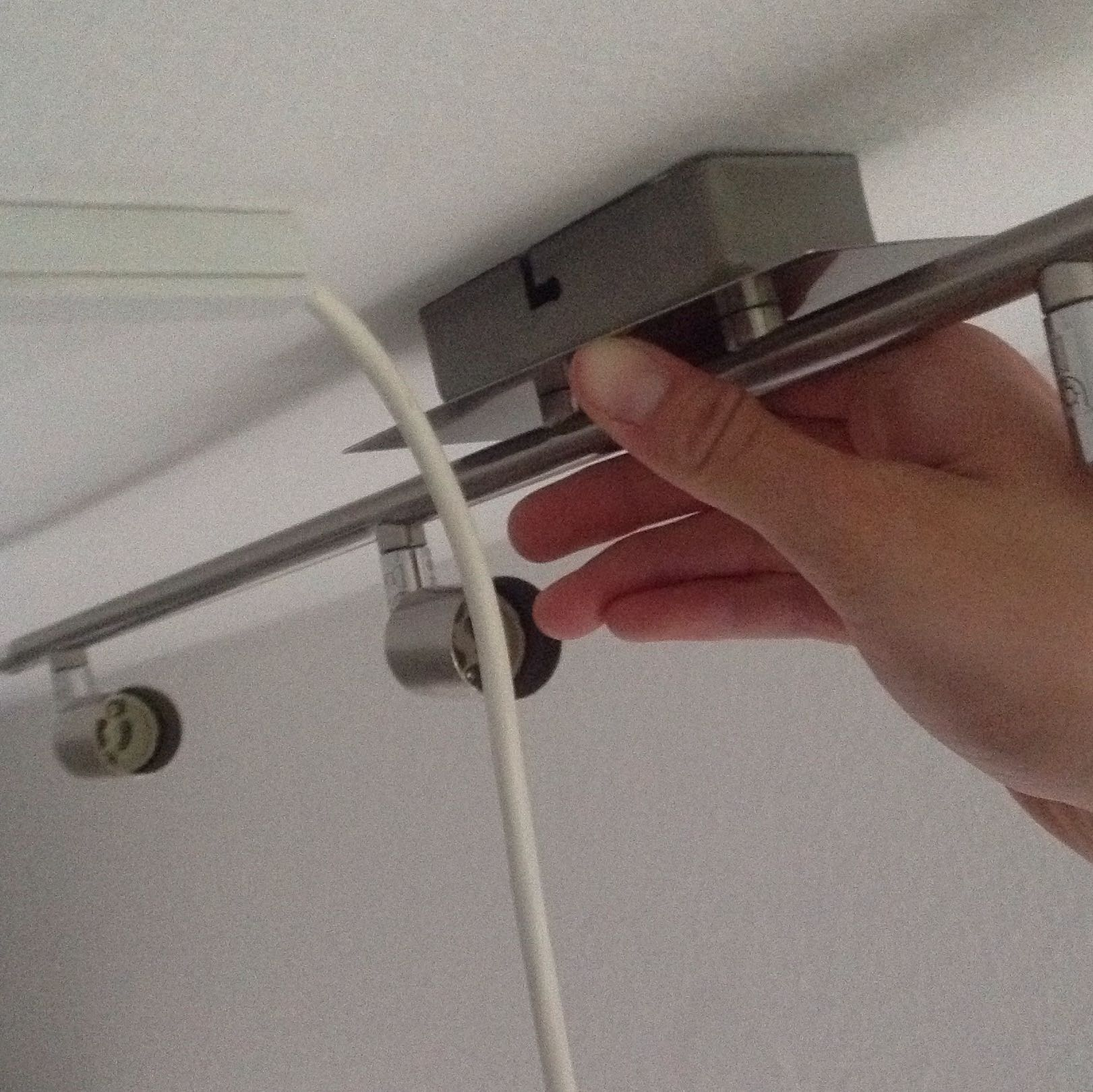 Befestigen einer Deckenleuchte bei seitlichem Kabelzugang ...